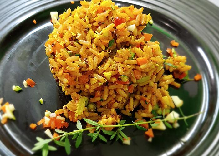Riso rosso e quinoa al curry con mirepoix di verdure scottate, profumate al timo e limone