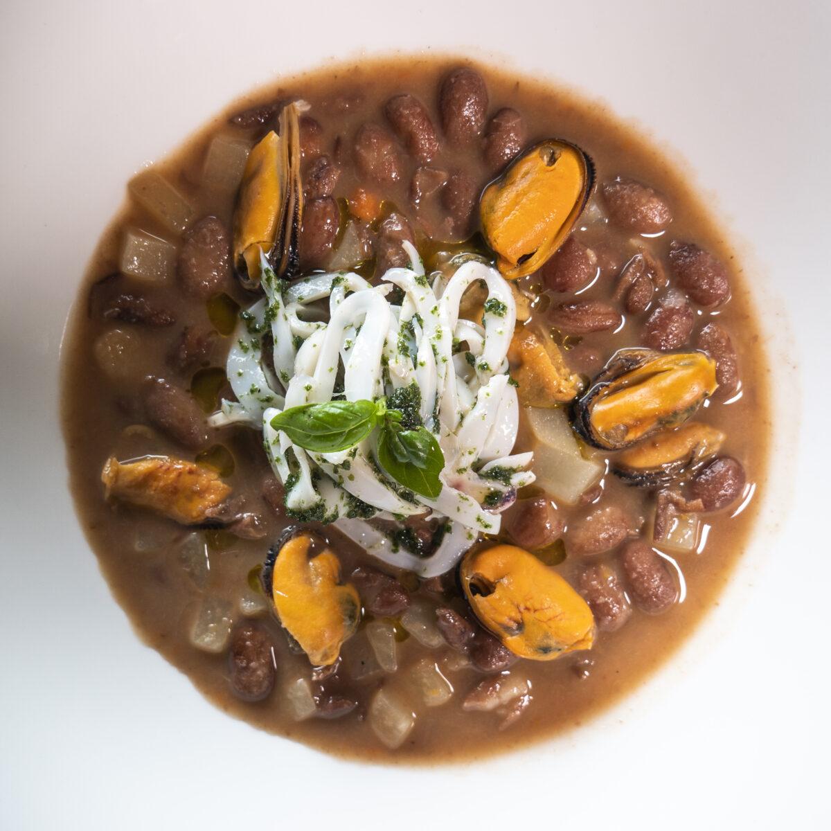Minestra tiepida di fagioli, patate e cozze con fettuccine di seppia