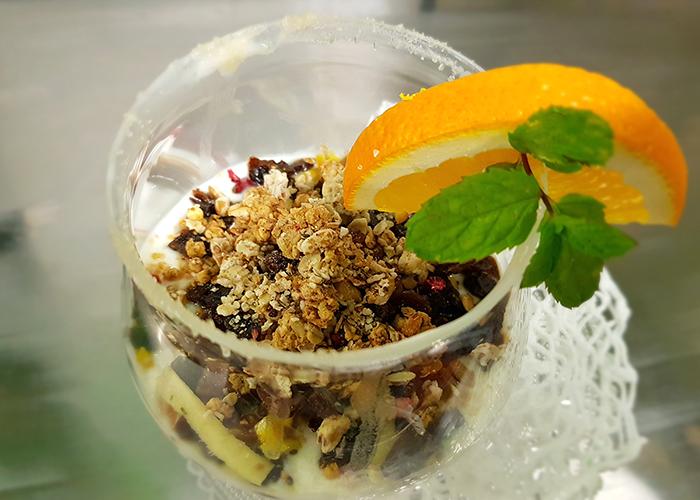 Macedonia di Yogurt al miele, zenzero fresco e frutta disidratata